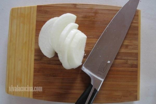 Filetear la Cebolla para el Pollo con Papas