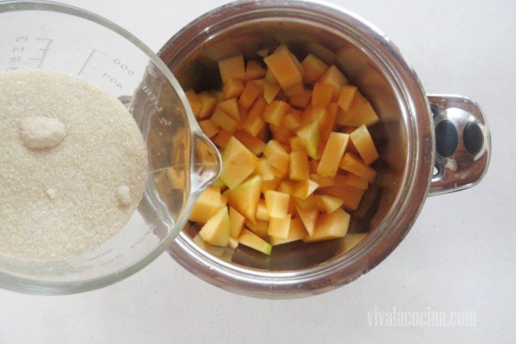 Colocar el melón picado en una cacerola profunda y agregar la cantidad de azúcar