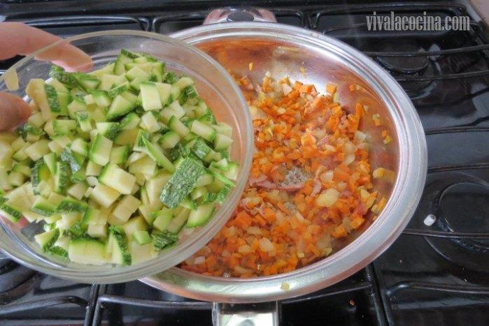 Añadir el Calabacín al sofrito para la salsa de ragú