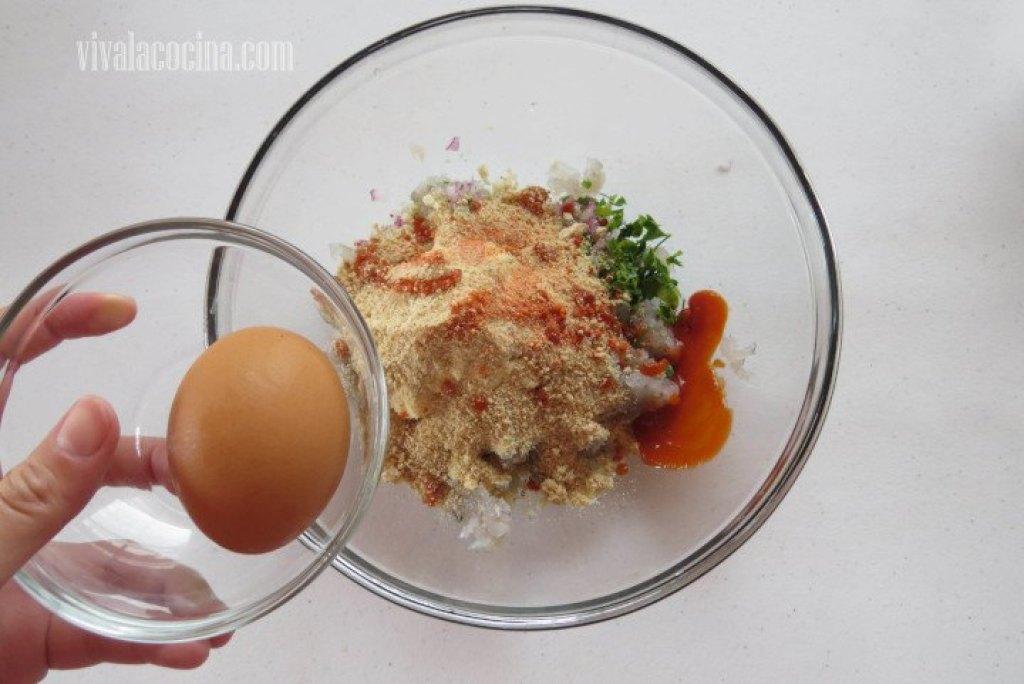 Añadir el Huevo para hacer la hamburguesa de camarón