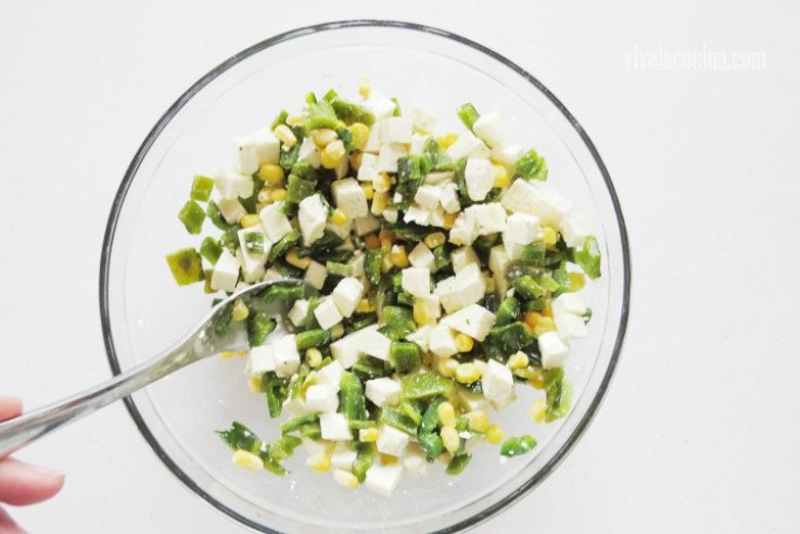 Mezclar Todo: chile poblano, elote y queso panela