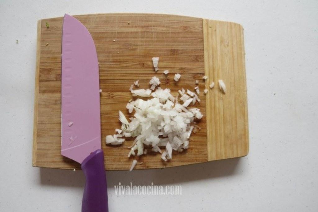 Picar la cebolla y el chile serrano muy finamente