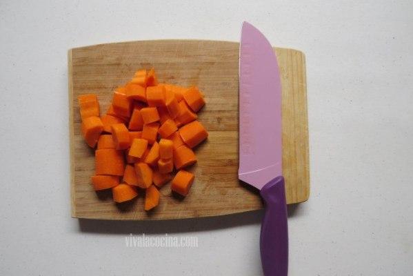 Comenzar cortando las zanahorias en trozos grandes más o menos del mismo tamaño de las papas
