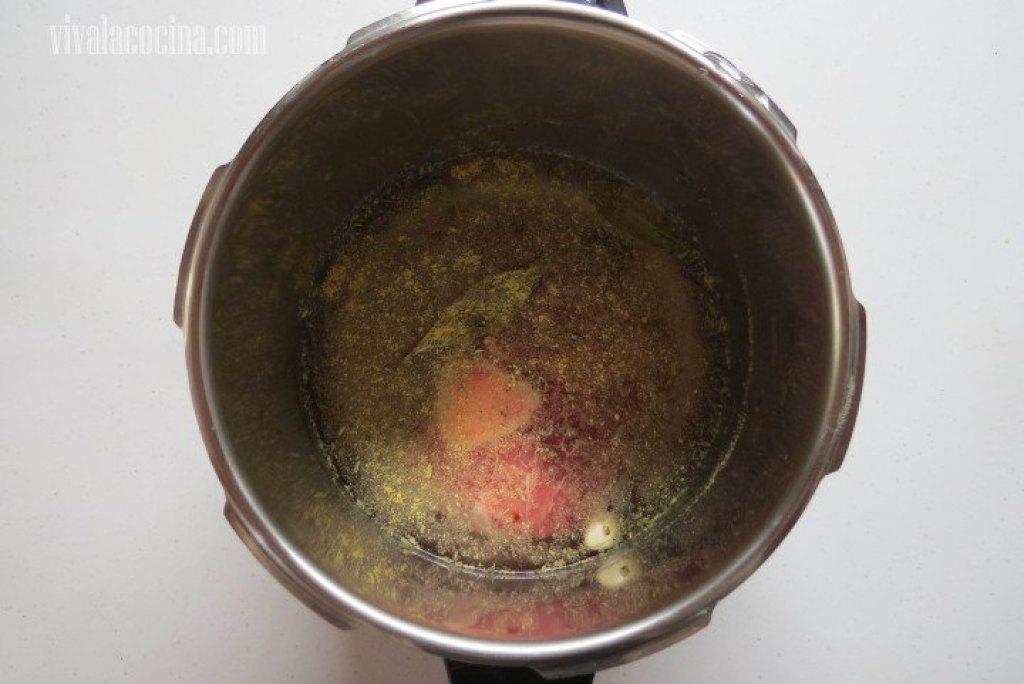 Añadir agua a la olla solo hasta cubrir la carne