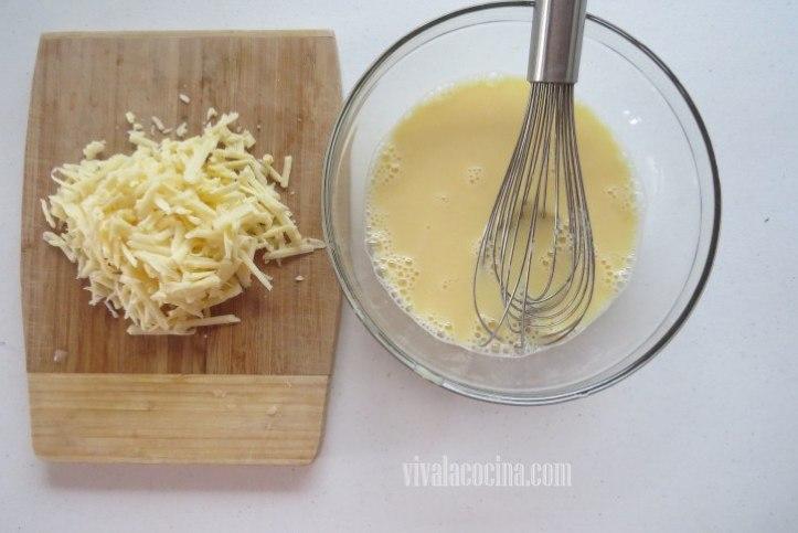 Añadir el Queso a la mezcla para el relleno de la quiche