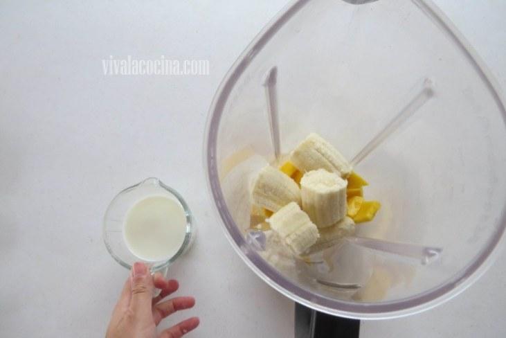 Añadir la Leche para hacer el Smoothie de Mango y Plátano