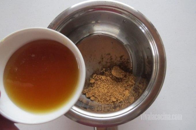 Añadir la Miel con el azúcar moreno