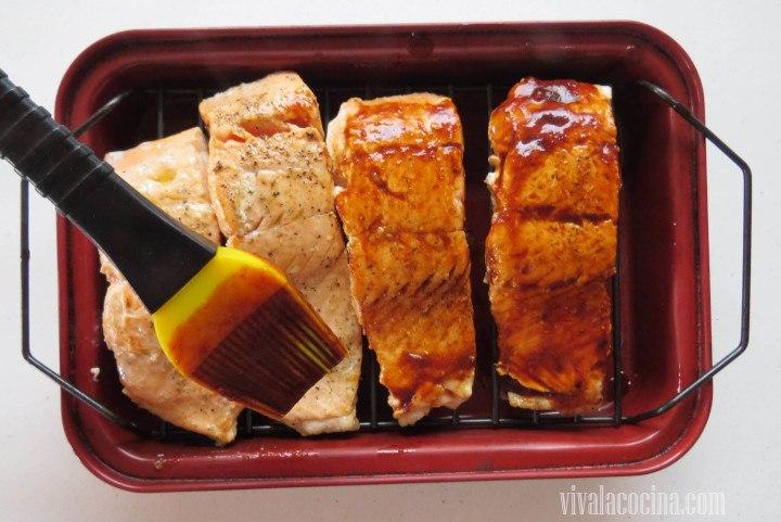Colocar en una charola para hornear, barnizar los filetes de salmón