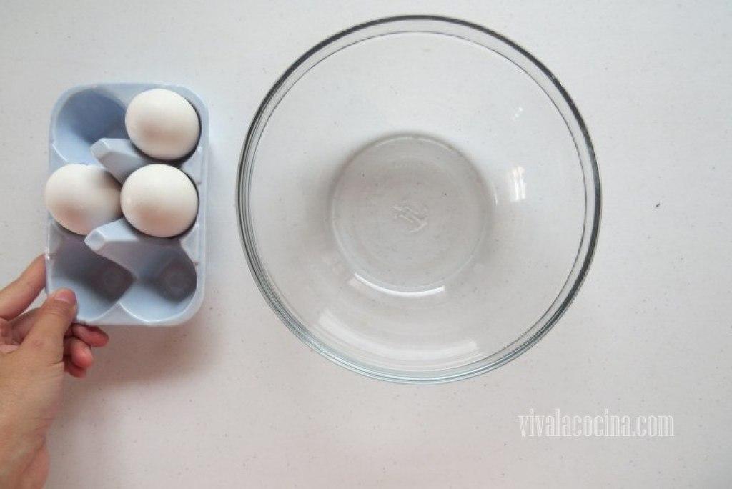 Cascar el Huevo y añadirlo a un bowl para el relleno
