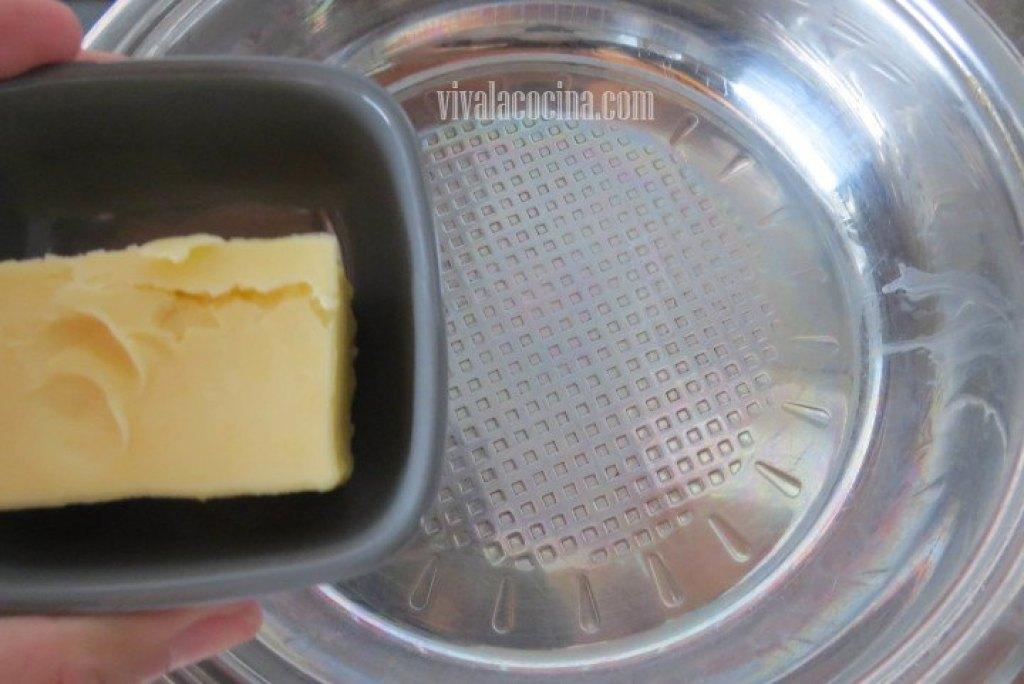 Añadir la mantequilla para Espagueti con Camarones