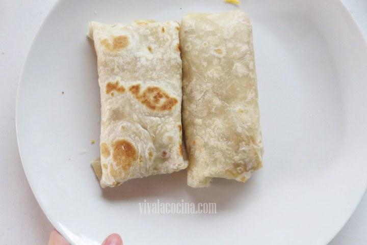Doblar el Burrito: doblando los extremos y las puntas hacia adentro