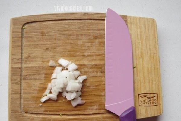 Picar la cebolla para el Pescado en Salsa Macha
