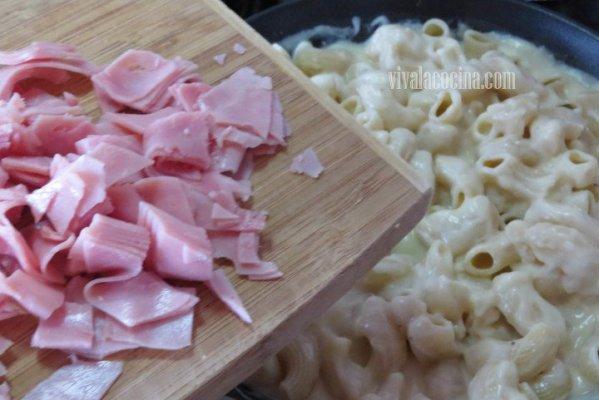 Agregar el Jamón a la pasta en bechamel
