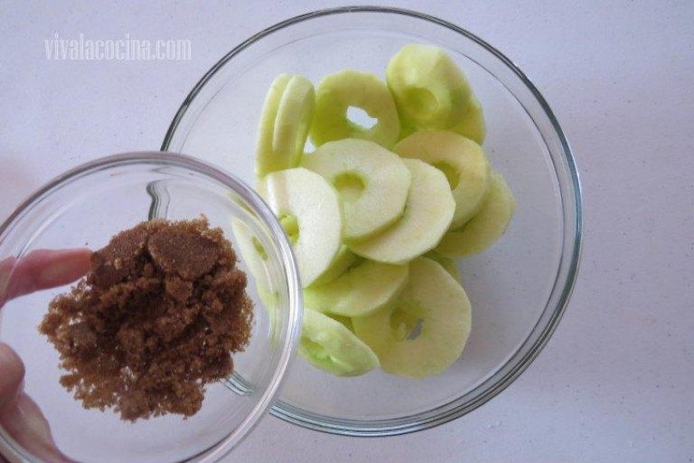 Añadir Azúcar moreno para hacer los beignet de manzana