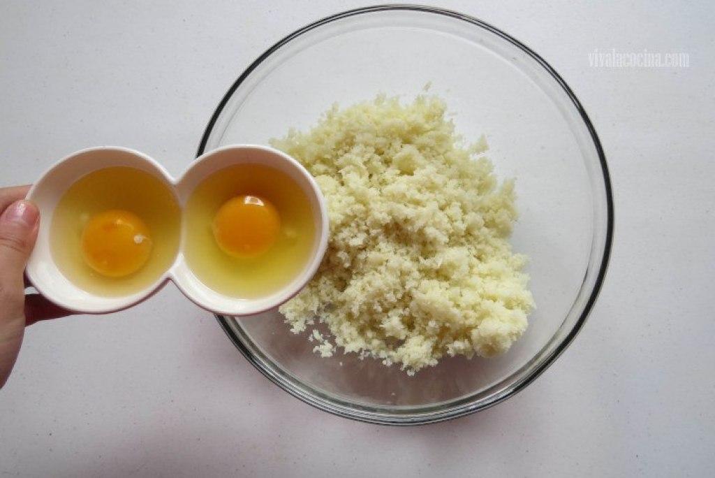 Añadir el Huevo a la coliflor triturada