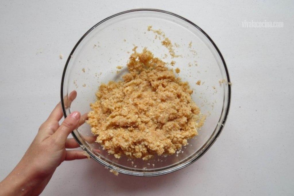 colocar la coliflor junto con el ajo picado, el pan molido, la paprika, los dos huevos y el queso previamente rallado