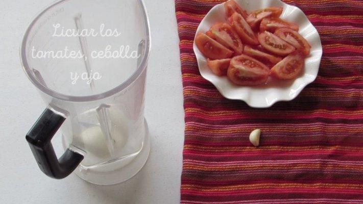 Licuar Tomates para hacer la sopa de tortilla