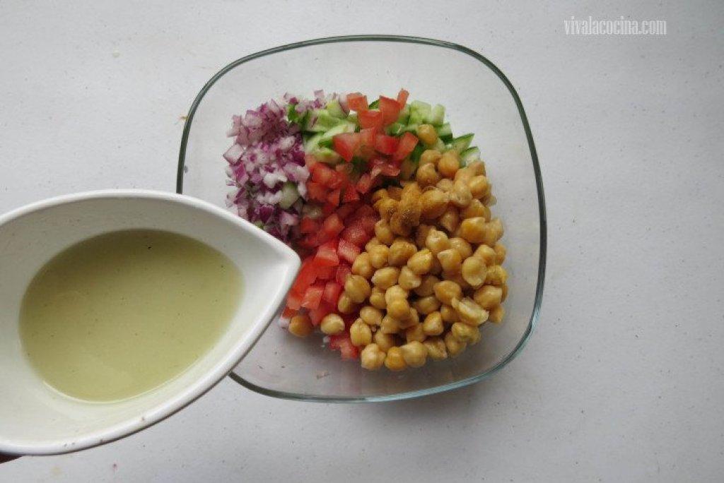 Cómo añadir Vinagreta para hacer la ensalada de garbanzos