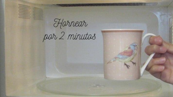 Hornear 2 minutos el bizcocho en el microondas