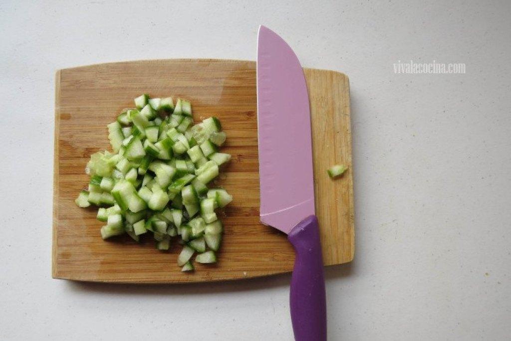 Cómo picar pepino para hacer ensalada de garbanzos
