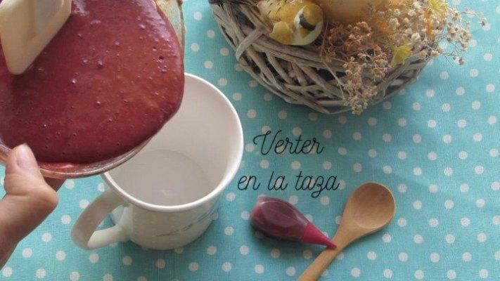 Verter la mezcla en la taza para hacer pastel Red Velvet