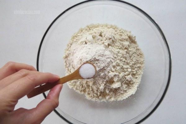 Agregar Sal a la harina para hacer la masa de las gorditas