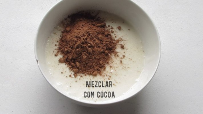 Mezclar cocoa para hacer las paletas de helado napolitano