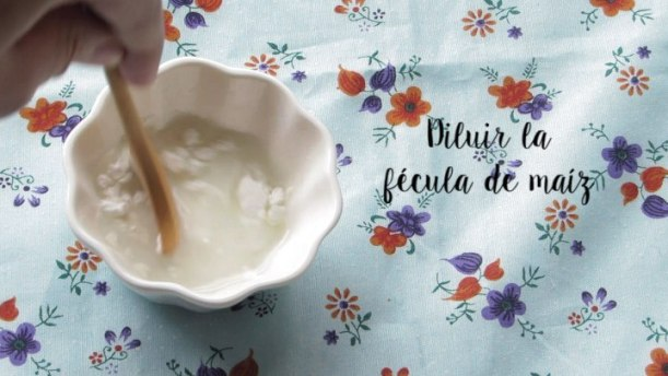 Diluir la fecula para la Crema Dulce de piña