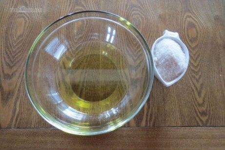 mezclar azucar y aceite para los Cupcakes de Naranja