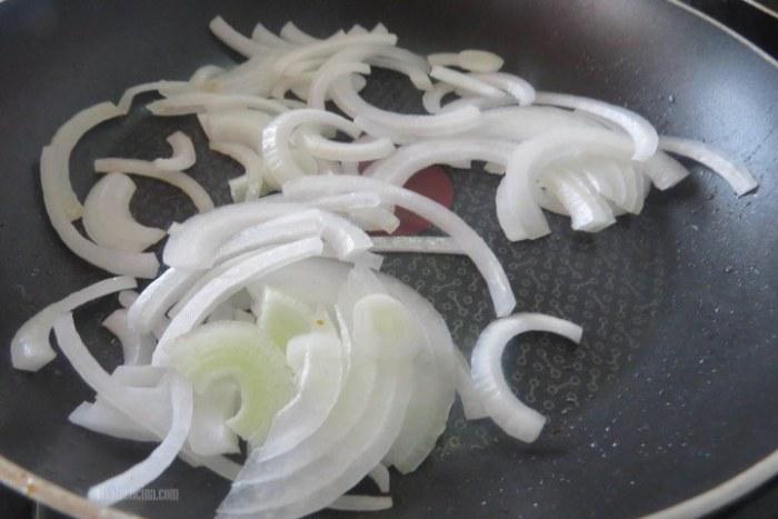 Filetear la cebolla y saltear para la pizza de chorizo