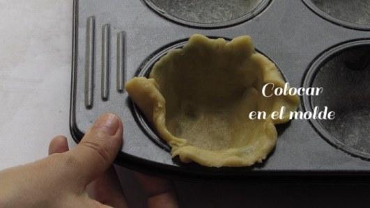 Colocar en el molde la masa para hacer cubiletes de queso