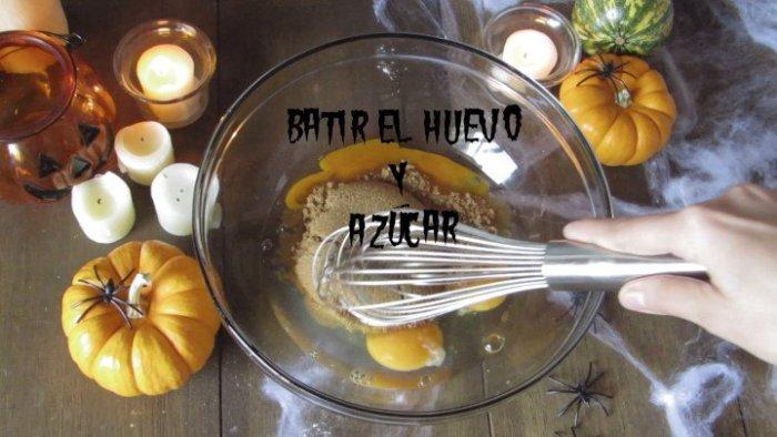 batir huevo y azúcar para hacer las donas de calabaza