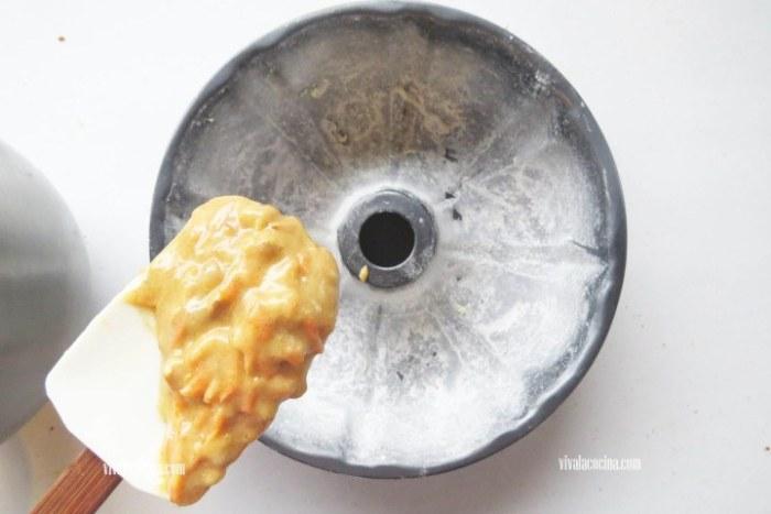 rellenar molde con la masa para hacer rosca de zanahoria