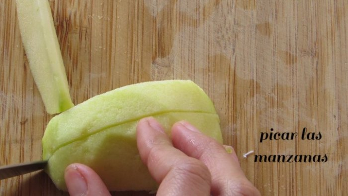 Picar manzanas para preparar la Ensalada Navideña