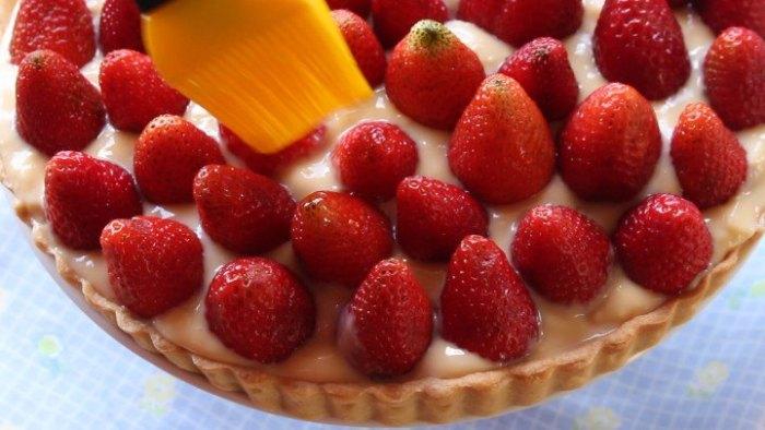 colocar fresas ena la tarta de fresas