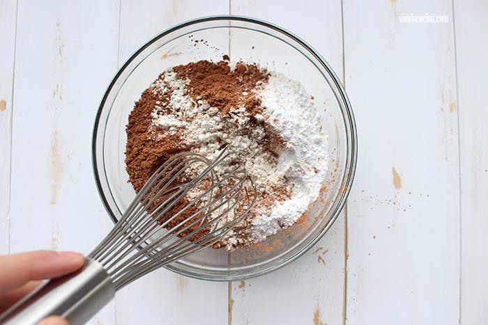 harina y cacao para hacer Waffles de Chocolate