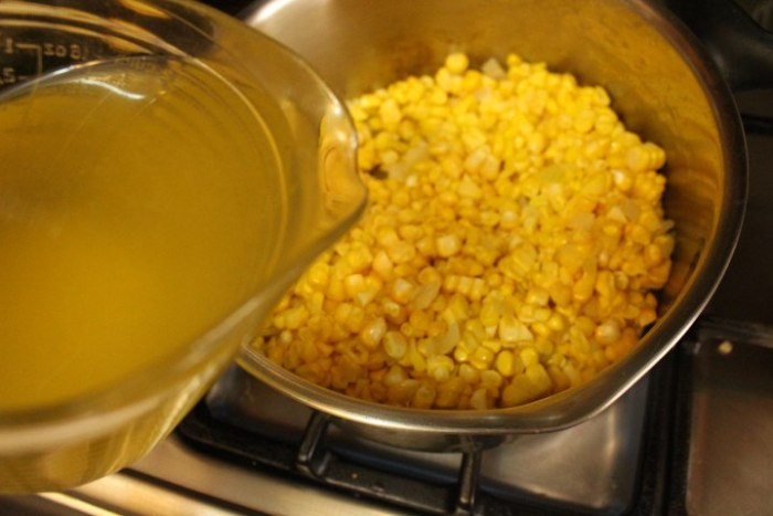 Agregar los granos de maíz y a continuación añadir el consomé