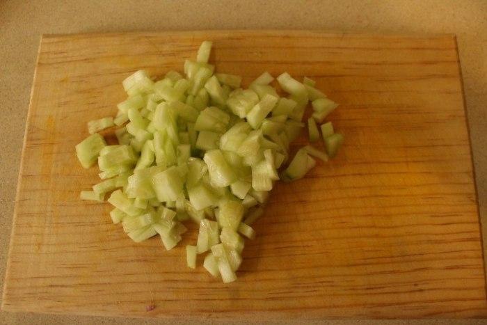 Pelar los pepinos y picarlos finamente