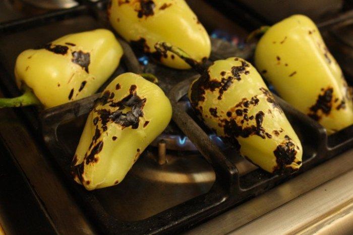 Asando los chiles caribe o güeros directamente en la hornilla de la estufa