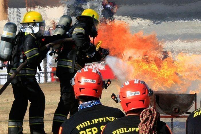 Ang mga myembro ng Emergency Medical Services mula sa Bureau of Fire of the Philippines ay nagsagawa ng simulation sa pagsagip ng mga biktima ng insidente ng sunog sa pagsisimula ng buwan ng pag-iwas sa sunog sa Quirino Grandstand sa Luneta noong 2018.