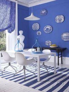 Sala azul e branca.