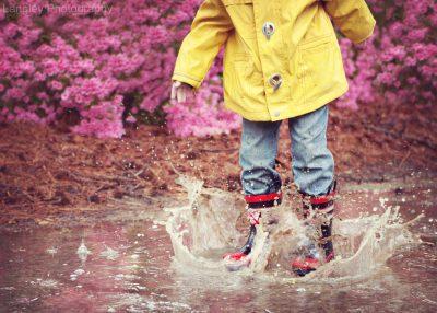 Criança a chapinhar na água