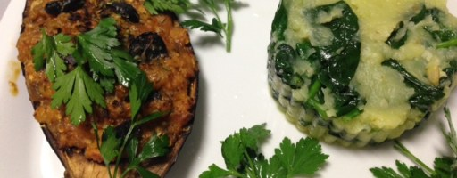 Beringela recheada com soja, acompanhada com migas de batata e espinafres