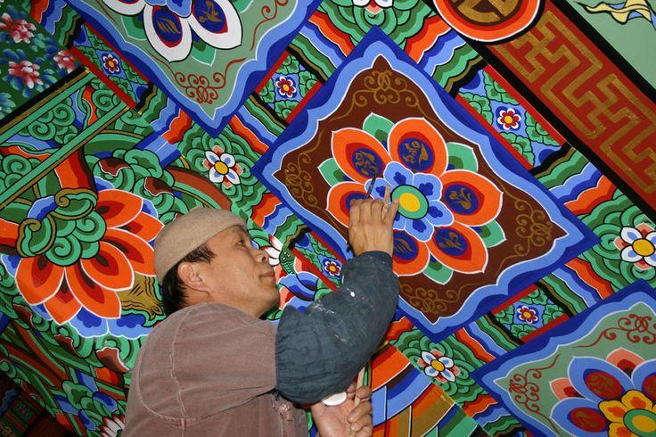 Dancheongjang aplicanto a pintura.