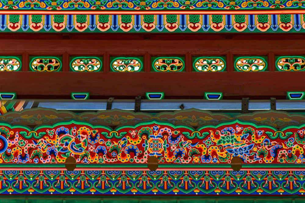 Dancheong (pintura tradicional decorativa) no teto da sala do trono.