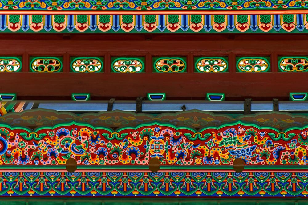 Dancheong (pintura tradicional decorativa) no teto da sala do trono.