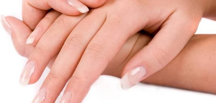Unghie che si sfaldano: cause e rimedi naturali. Scopri le cause delle unghie fragili che si spezzano, cosa fare, l'alimentazione giusta e i migliori rimedi naturali per rinforzare le unghie deboli che si spezzano facilmente.