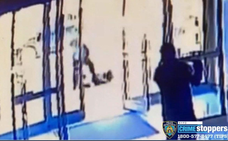 Video. Hombre patea a una mujer asiática en calles de Nueva York