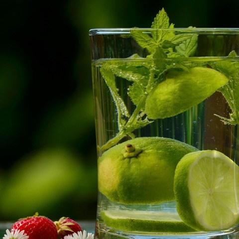 Tomar-un-vaso-de-agua-tibia-con-limón-en-ayunas-mejorará-tu-vida-Descubre-por-qué 09/07/20