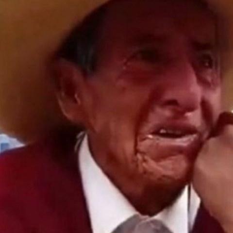 abuelito llora por la exigencia de sus hijos de que les de la herencia en vida